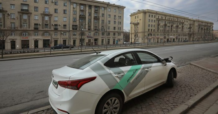 Авто Делимобиля на улице в Санкт-Петербурге